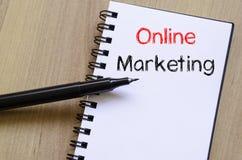 On-line εμπορικός γράψτε στο σημειωματάριο στοκ φωτογραφίες