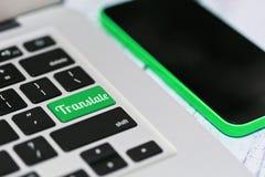 On-line μεταφράζοντας μέσω του lap-top και του smartphone Στοκ φωτογραφίες με δικαίωμα ελεύθερης χρήσης