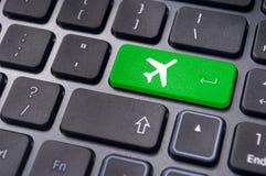 On-line να κρατήσει του εισιτηρίου πτήσης, με το σημάδι αεροπλάνων στο πληκτρολόγιο Στοκ Εικόνα