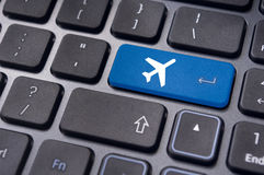 On-line να κρατήσει του εισιτηρίου πτήσης, με το σημάδι αεροπλάνων στο πληκτρολόγιο Στοκ φωτογραφία με δικαίωμα ελεύθερης χρήσης