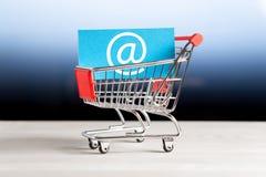 On-line να ψωνίσει, ηλεκτρονικό εμπόριο και έννοια καταστημάτων Διαδικτύου Στοκ Εικόνες