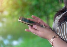 On-line να ψωνίσει και σε απευθείας σύνδεση έννοια τραπεζικών εργασιών και τραπεζικών εργασιών Διαδικτύου στοκ φωτογραφία