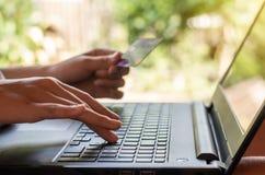 On-line να ψωνίσει και σε απευθείας σύνδεση έννοια τραπεζικών εργασιών και τραπεζικών εργασιών Διαδικτύου στοκ εικόνες