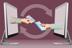 On-line πωλήστε την έννοια εισιτηρίων, δύο χέρια από τους υπολογιστές χέρι με τα χρήματα μετρητών και το αεροπορικό εισιτήριο τρι απεικόνιση αποθεμάτων