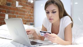 On-line ψωνίζοντας από τη γυναίκα στο κρεβάτι, πληρωμή από την πιστωτική κάρτα απόθεμα βίντεο