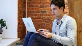 On-line ψωνίζοντας από το άτομο στο lap-top, πληρωμή από την πιστωτική κάρτα απόθεμα βίντεο