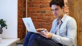 On-line ψωνίζοντας από το άτομο στο lap-top, πληρωμή από την πιστωτική κάρτα Στοκ εικόνα με δικαίωμα ελεύθερης χρήσης