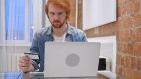 On-line ψωνίζοντας από το Redhead άτομο γενειάδων στην αρχή, την πιστωτική κάρτα απόθεμα βίντεο