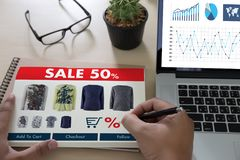 On-line ψωνίζοντας προσθέστε στο κάρρο που το σε απευθείας σύνδεση κατάστημα διαταγής αγοράζει την πώληση ψηφιακή Στοκ Φωτογραφίες