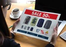 On-line ψωνίζοντας προσθέστε στο κάρρο που το σε απευθείας σύνδεση κατάστημα διαταγής αγοράζει την πώληση ψηφιακή Στοκ φωτογραφίες με δικαίωμα ελεύθερης χρήσης