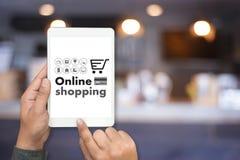 On-line ψωνίζοντας προσθέστε στο κατάστημα διαταγής κάρρων αγοράζει τις σε απευθείας σύνδεση αγορές πώλησης Στοκ φωτογραφία με δικαίωμα ελεύθερης χρήσης