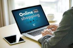 On-line ψωνίζοντας προσθέστε στο κατάστημα διαταγής κάρρων αγοράζει τις σε απευθείας σύνδεση αγορές πώλησης Στοκ Εικόνες