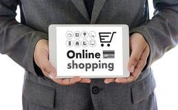 On-line ψωνίζοντας προσθέστε στο κατάστημα διαταγής κάρρων αγοράζει τις σε απευθείας σύνδεση αγορές πώλησης Στοκ Φωτογραφία
