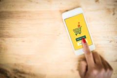 On-line ψωνίζοντας στο τηλεφωνικό υπόβαθρο Smartphone με το κάρρο Στοκ φωτογραφίες με δικαίωμα ελεύθερης χρήσης
