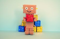 On-line ψωνίζοντας, το ρομπότ φέρνει τα δώρα Χριστουγέννων Στοκ Φωτογραφίες