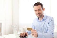 Νέο επιχειρησιακό άτομο που πληρώνει on-line με την πιστωτική κάρτα Στοκ φωτογραφία με δικαίωμα ελεύθερης χρήσης
