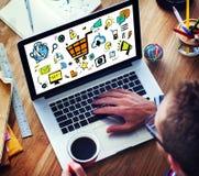 Επιχειρηματίας που εμπορεύεται on-line τις ψηφιακές συσκευές που λειτουργούν την έννοια Στοκ εικόνα με δικαίωμα ελεύθερης χρήσης