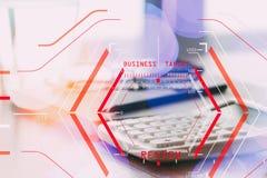 On-line-Bericht-Bewertungs-Konzept mit Computer halogram scannin Lizenzfreies Stockfoto