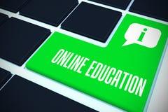 On-line-Bildung gegen grünen Schlüssel auf schwarzer Tastatur Lizenzfreies Stockbild
