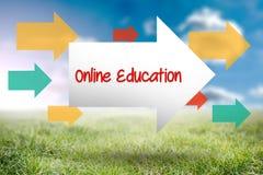 On-line-Bildung gegen sonnige Landschaft Stockfoto