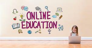 On-line-Bildungstext mit dem kleinen Mädchen, das eine Laptop-Computer verwendet stockbild