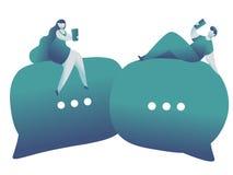 On-line-Datierung und Social Networking, virtuelle Verhältnisse Mann und weibliches Plaudern auf Internet lizenzfreie stockfotos