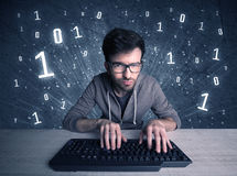 On-line-Eindringlingsaussenseiterkerl, der Codes zerhackt Stockfotos