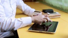 On-line-Einkaufen mit digitaler Tablette stock footage