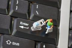On-line-Einkaufen mit Käufer auf einer Tastatur Lizenzfreie Stockbilder