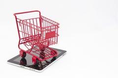 On-line-Einkaufen mit Tablet Stockfotos