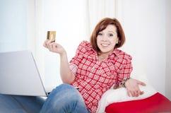 On-line-Einkaufen roter behaarter Frau Worreid auf weißem Hintergrund Lizenzfreies Stockbild