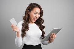On-line-Einkaufen, Technologie und Egeldkonzept Glückliches junges asi Lizenzfreie Stockfotos
