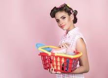 On-line-Einkaufsapp glückliches Mädchen, welches das on-line-Einkaufen genießt Retro- Frau mit vollem Wagen, Kopienraum gehen wei lizenzfreies stockfoto