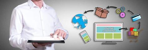 On-line-Einkaufskonzept mit dem Mann, der eine Tablette verwendet Lizenzfreie Stockfotos