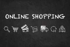 On-line-Einkaufstext und Ikonen auf Kreidebretthintergrund lizenzfreie abbildung