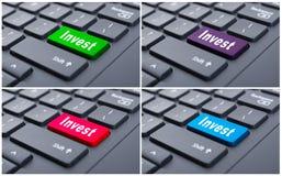 On-line-Einkommen mit investiert Knopf Lizenzfreies Stockbild