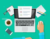 On-line-Formübersicht auf Laptopvektor, Person, die an dem Computer zeigt Quizprüfungspapier-Blattdokument arbeitet Lizenzfreie Stockbilder