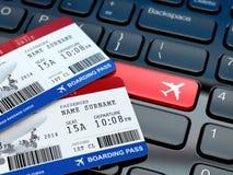 On-line-Kartenanmeldung Bordkarte auf Laptoptastatur Lizenzfreies Stockfoto