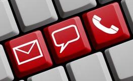 On-line-Kontaktikonen auf roter Tastatur Stockbild
