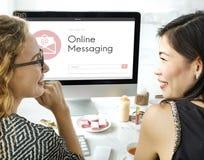 On-line-Mitteilungs-Blog-Chat-Kommunikation schlagen die grafische Conc Ikone ein Stockbilder