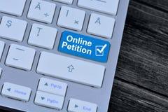 On-line-Petition auf Tastaturknopf Stockbild