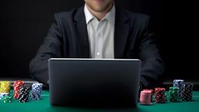 On-line-Pokerspieler bereit zum Anfangsspiel vor Laptop, spielender Sport lizenzfreies stockfoto