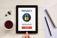 On-line-Privatlebenkonzept auf Tablettenschirm mit Büro wendet ein stockfotografie