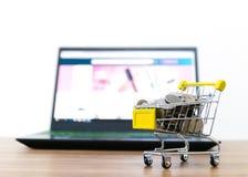 On-line--shopping karren Verkauf der Bequemlichkeit des elektronischen Geschäftsverkehrs lizenzfreie stockfotografie