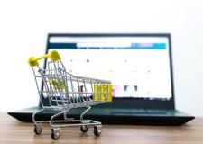 On-line--shopping karren Verkauf der Bequemlichkeit des elektronischen Geschäftsverkehrs stockfotografie