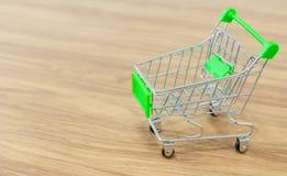 On-line--shopping karren Verkauf der Bequemlichkeit des elektronischen Geschäftsverkehrs stockbild