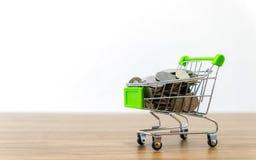 On-line--shopping karren Verkauf der Bequemlichkeit des elektronischen Geschäftsverkehrs lizenzfreie stockfotos