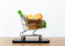On-line--shopping karren Verkauf der Bequemlichkeit des elektronischen Geschäftsverkehrs lizenzfreies stockbild