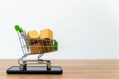 On-line--shopping karren Verkauf der Bequemlichkeit des elektronischen Geschäftsverkehrs lizenzfreie stockbilder