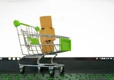 On-line--shopping karren Verkauf der Bequemlichkeit des elektronischen Geschäftsverkehrs stockbilder